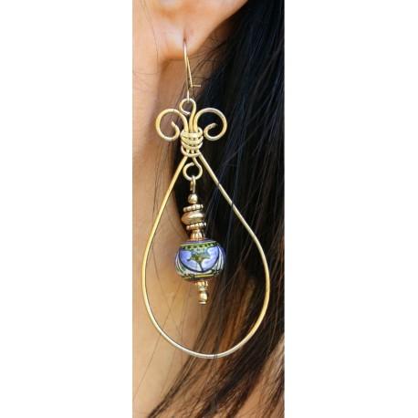 Ohrringe aus Keramik, Kupfer und Messing in einem goldenen Bad