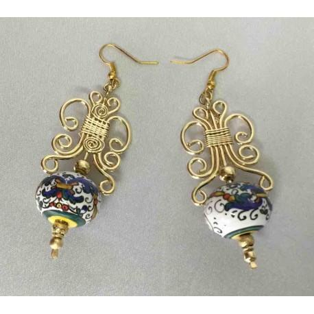 Boucles d'oreilles en céramique, cuivre et laiton dans un bain d'or