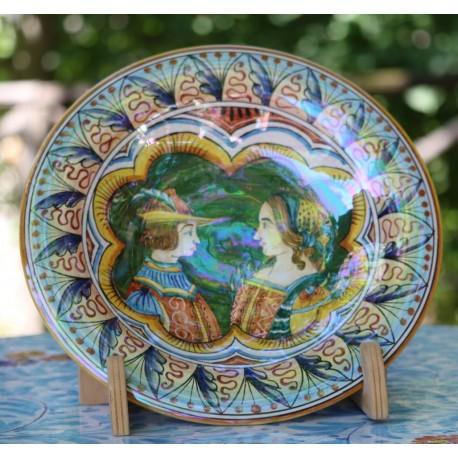 Piatto d'arredo in ceramica Deruta, con 2 personaggi d'epoca